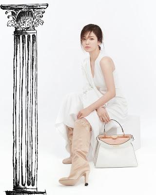 Nueva colección cápsula de Fendi, prêt-à-porter. Hye Kyo Song luce un vestido de satén blanco.