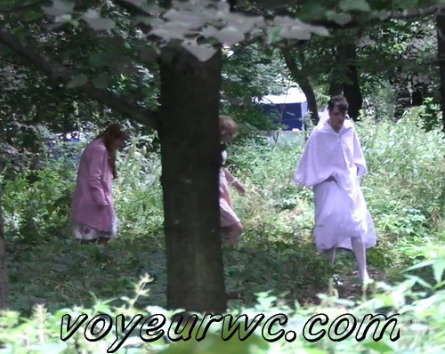 Wedding guest filming these babes taking a piss in the woods (Wedding Pissing Park 19)