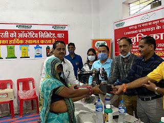 कृभको द्वारा गरीब महिलाओ को निःशुल्क सिलाई मशीन वितरित