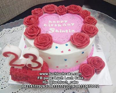 Kue Tart Love Buttercream Bunga-Bunga Romantis