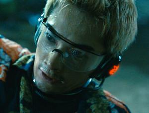 chico japonés con gafas futuristas
