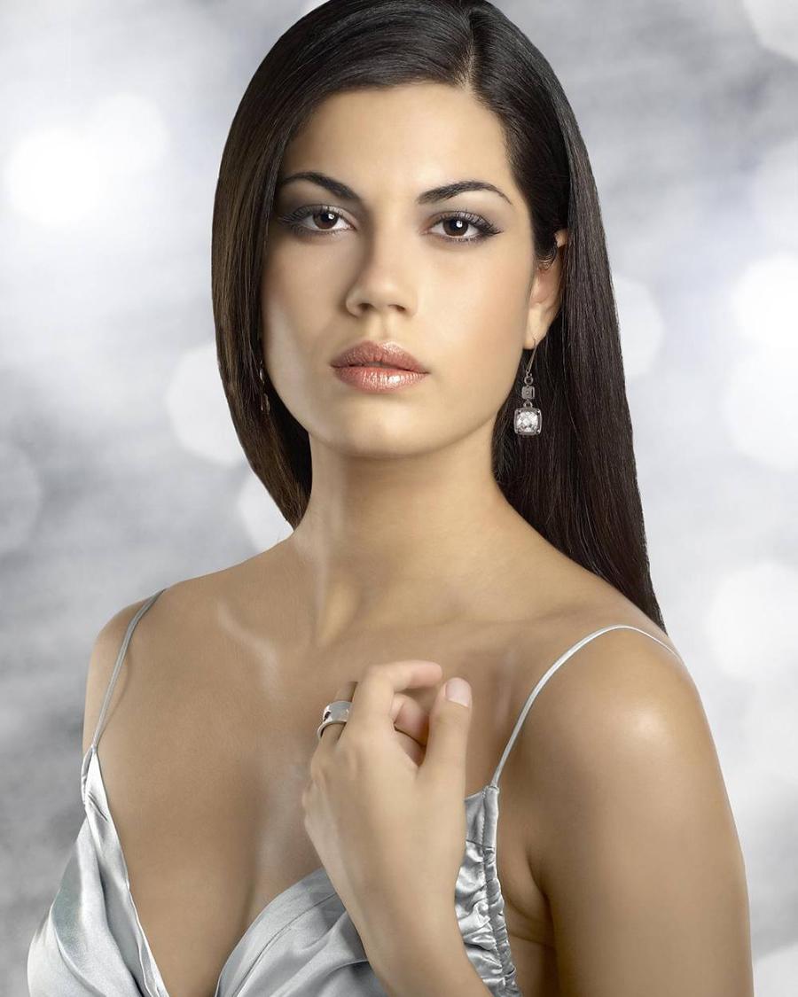 alis seksi dan manis Claudia Moro hidung mancung