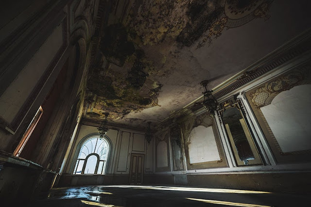 Inside the casino full of hauntingly abandoned in Romania pic 2