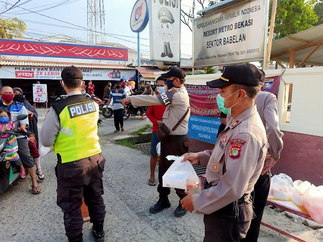 Hari ke 19 di bulan Ramadhan 1441 H. Personel Jajaran Polsek Babelan Bagi-bagi Takjil gratis