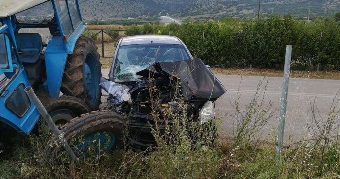 Τρακτέρ συγκρούστηκε με ΙΧ κοντά στο Δίλοφο Φαρσάλων - Ενας τραυματίας