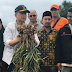 Nasrul Abit  Bersama Masyarakat Panen Bawang Putih di Tanjung