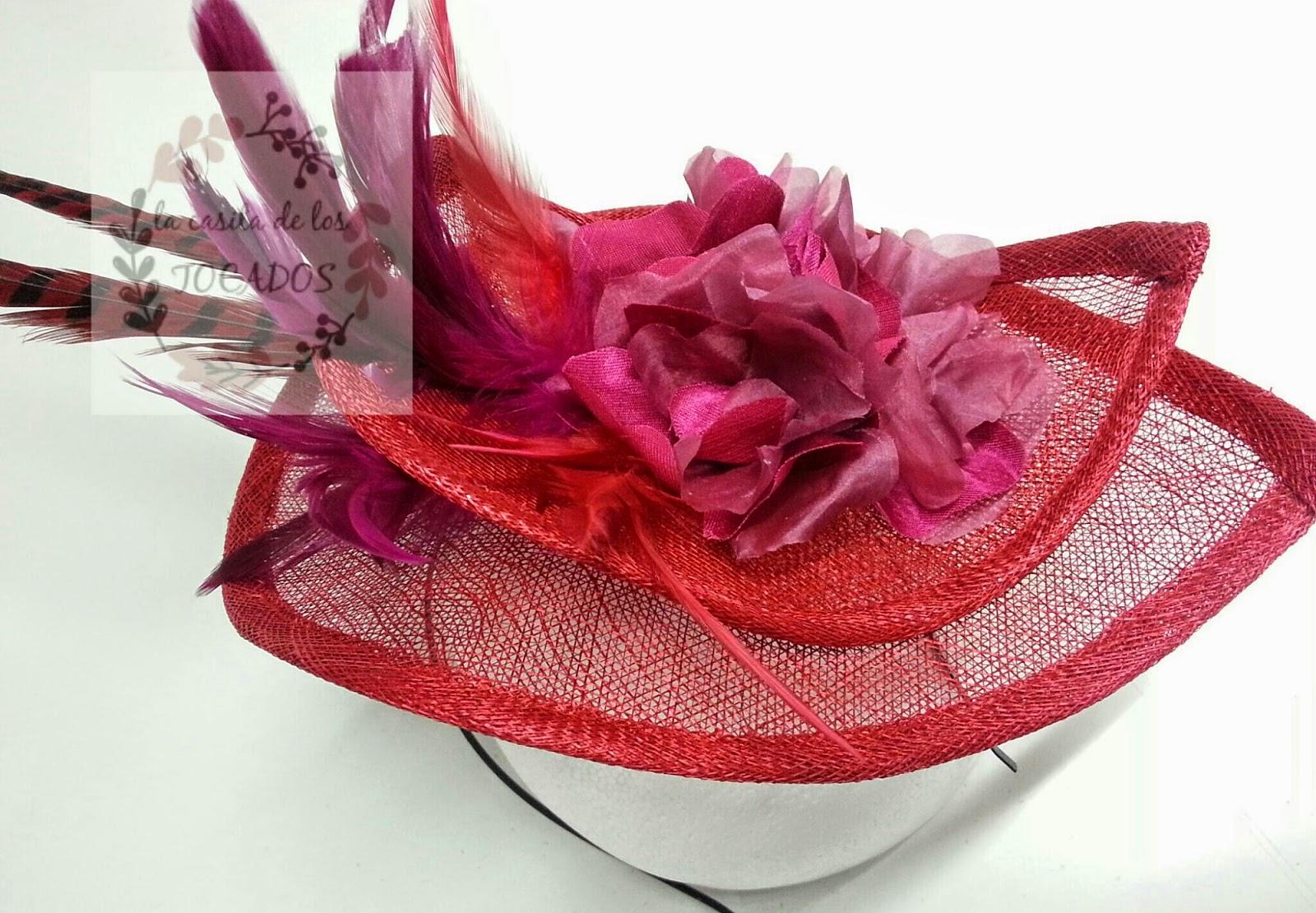 tocado artesanal para boda con base doble de sinamay con forma de lágrima en color rojo y plumas y flor en rojo y buganvilla