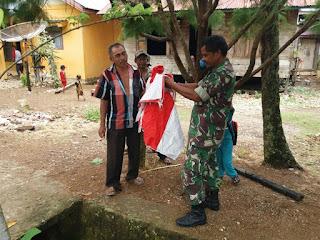 Door to Door, Babinsa Koramil 14/Pasie Raja Bagikan Bendera Merah Putih Kepada Warga