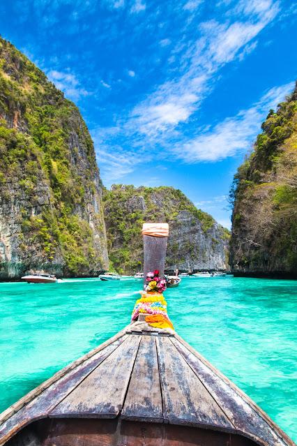 Традиционная деревянная лодка в живописном заливе на острове Пхи Пхи, Таиланд, Азия .