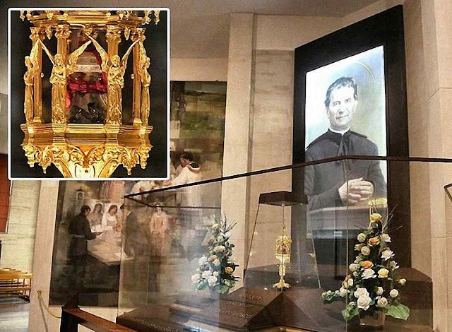 Capela com o relicário do cérebro de don Bosco na basílica, antes do roubo sacrílego. No destaque: a artística urna com a preciosa relíquia do santo
