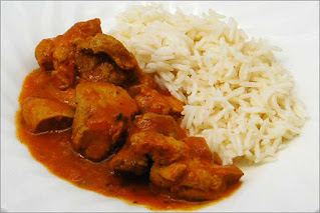 Fotografía de un plato de pollo tikka masala con arroz