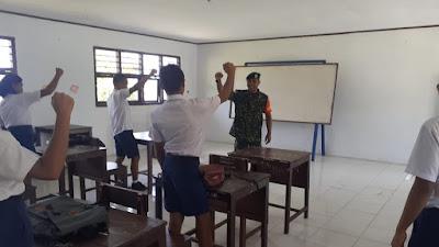 """""""TNI SAHABAT PELAJAR"""", BABINSA KORAMIL 1312-05/ESSANG DI SMP N 2 ESSANG  DI DESA GEMEH RAAMATA"""