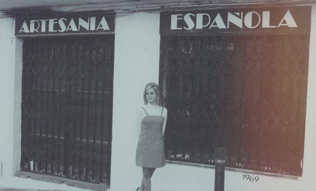 Alejandra Colomera frente a un negocio de artesanía española en Mijas Pueblo, imagen en blanco y negro