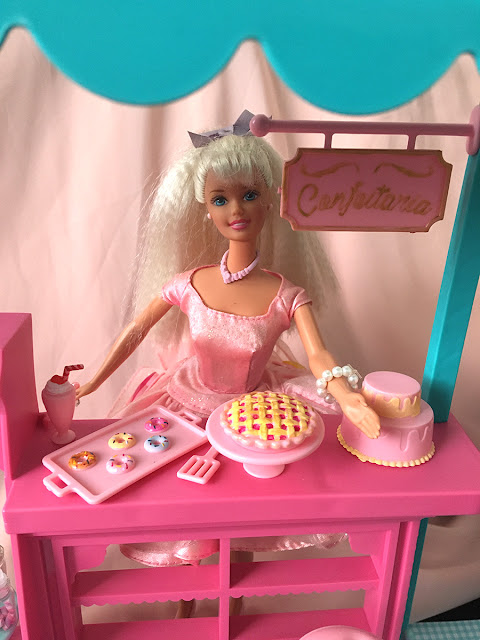 Barbie na Confeitaria com docinhos repintados