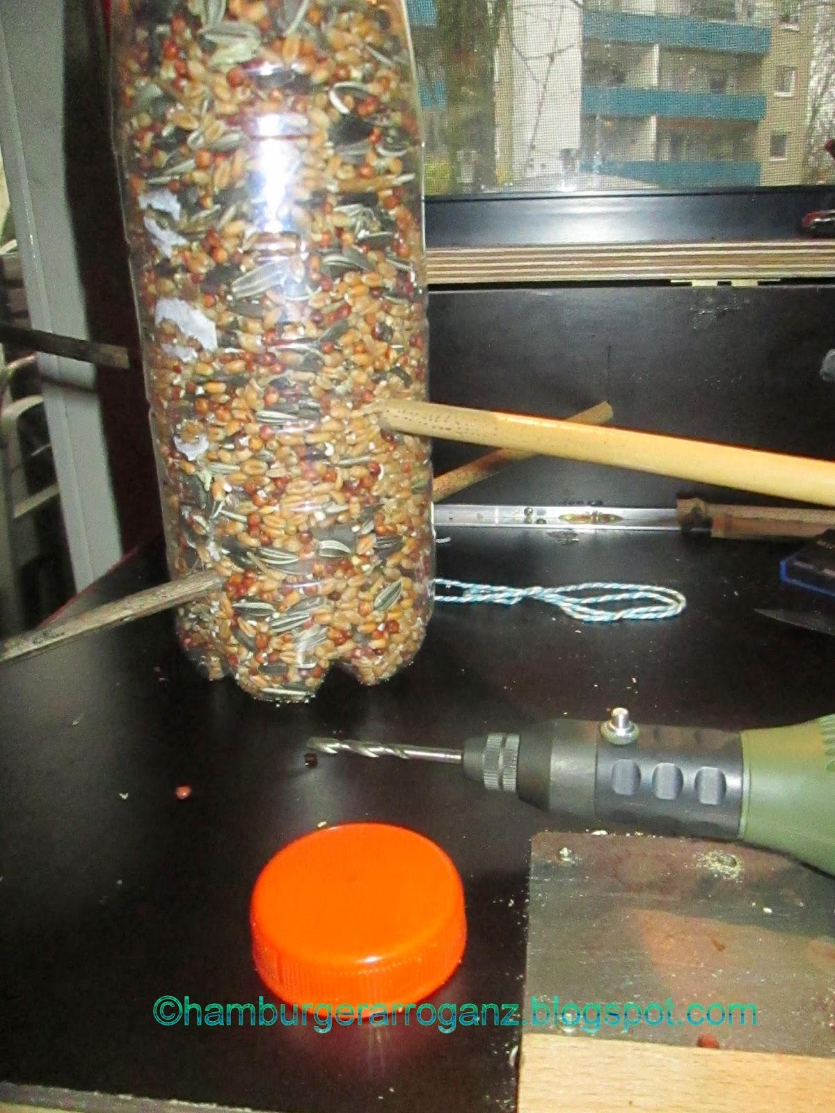 Hamburger arroganz vogelfutterspender aus einer pet flasche und bambuszweigen - Vogelfutterspender selber bauen ...