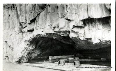 Vue de Royat, hier,  noir et blanc Le vieux Royat, la grotte des laveuses.
