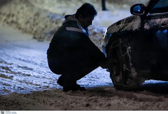 «Μαστιγώνει» την Αττική ο χιονιάς - Πού χρειάζονται αλυσίδες - Πού έχει διακοπεί η κυκλοφορία