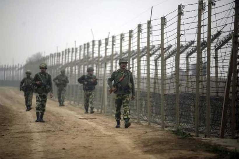 Pakistan Jammu & Kashmir के सांबा में बिना किसी कारण के शूटिंग कर रहा है।