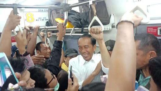 Berbaur dengan Rakyat, Presiden ke Bogor Naik KRL, Berdiri di Gerbong yang Sesak