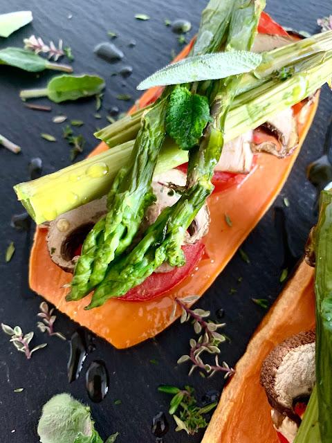 Mediterraner Süßkartoffel-Toast #Rezept #glutenfrei #vegan, Spargel, Tomaten, einfach, schnell, Backofen, Franz und Co, Olivenöl mit Basilikum