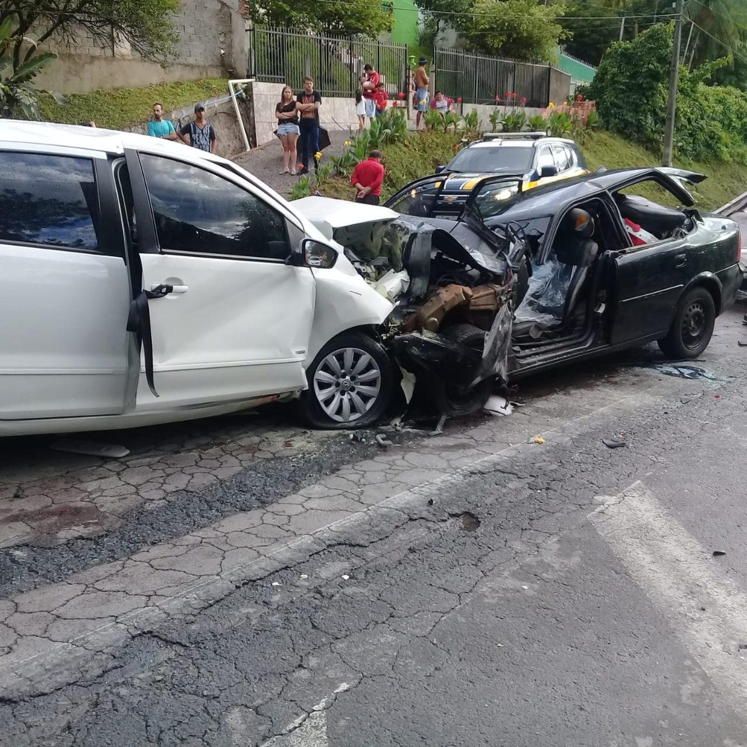 Irmãs de 4 e 9 anos morrem e oito pessoas ficam feridas após dois carros baterem de frente