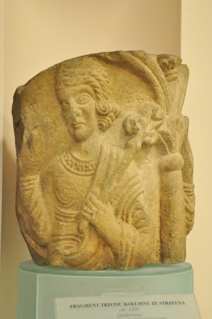 Strzelno, fragment trzonu kolumny z wizerunkiem Archanioła Gabriela, depozyt Instytutu Archeologii i Etnologii PAN w Poznaniu