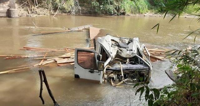 Caminhão que transitava pela vicinal Tupã - Quatã cai no rio do peixe,nesta manhã de sexta - Adamantina Notìcias