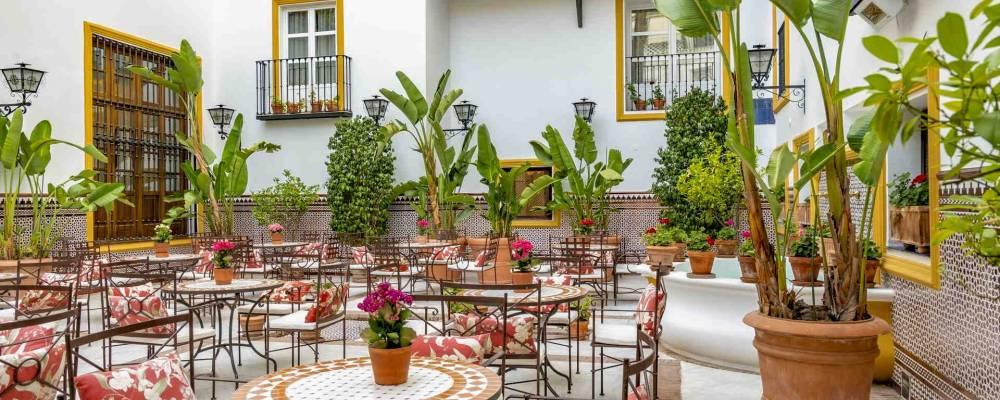 decoración patio y balcones andaluces blancos con plantas y forja