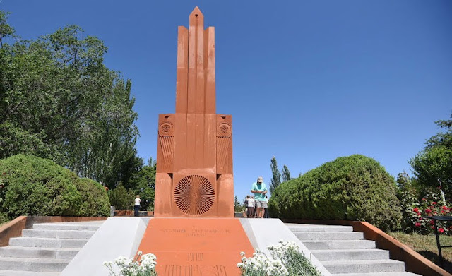 Monumento dedicado a Aram Manukyan inaugurado en Sardarapat
