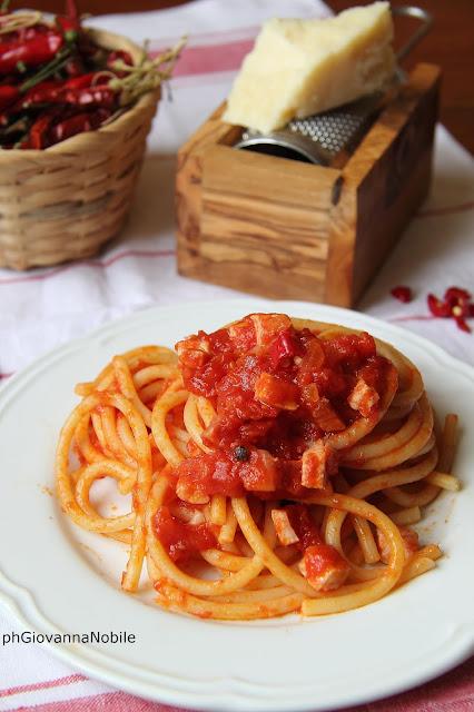 Bucatini con salsa di pomodoro, Lardomagro Lenti e peperoncino