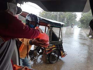Hari Jumat, Bhayangkari Polres Pangkep berbagi Kepada Petugas kebersihan