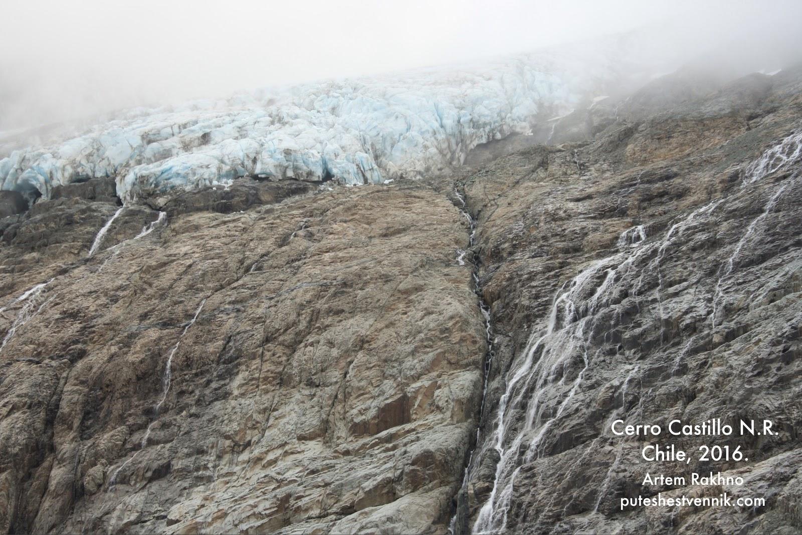 Ледник на горе и поток воды