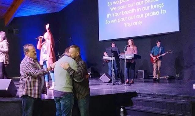 """Surdos são curados após oração em pequena igreja dos EUA: """"A presença de Deus era forte"""""""