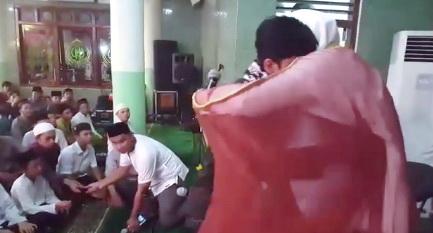 Pertemuan Pemuda Bandung Dengan Imam Masjidil Haram Ini Sungguh Sangat Mengharukan