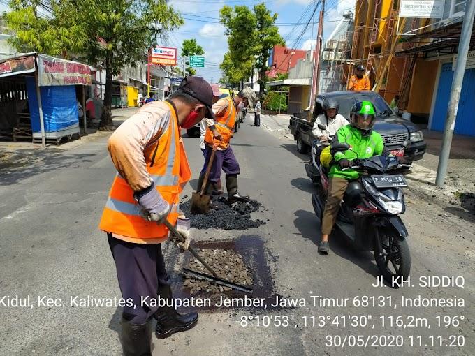 Tim Jalan Lubang (TJL) Kabupaten Jember  ,Di Tengah Pandemi  Tetap Bertugas.