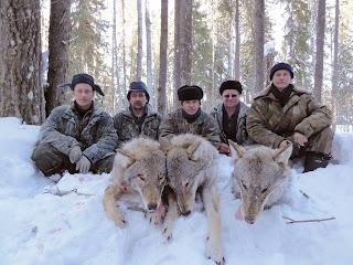 Охотники-волчатники с трофеями