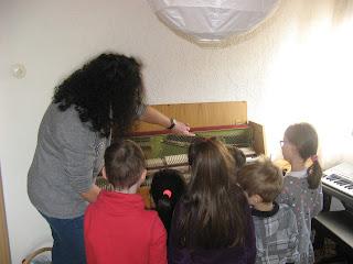 Kennenlernen eines Klaviers in einer Musikschule Würzburg