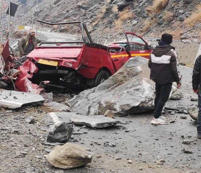 हिमाचल: गाड़ी पर पत्थर गिरने से एक की मौत, 2 गंभीर घायल