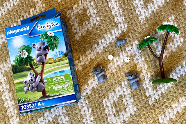 The contents of the Playmobil koala box includes a small tree with flowers, 2 adult koalas and one baby koala