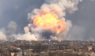 Εντυπωσιακό βίντεο από έκρηξη σε αποθήκη πυρομαχικών στην Ουκρανία