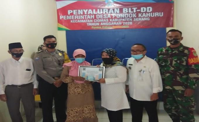 Bhabinkamtibmas Polsek Ciomas dan Babinsa Monitor Pembagian BLT Desa Pondok Kaharu