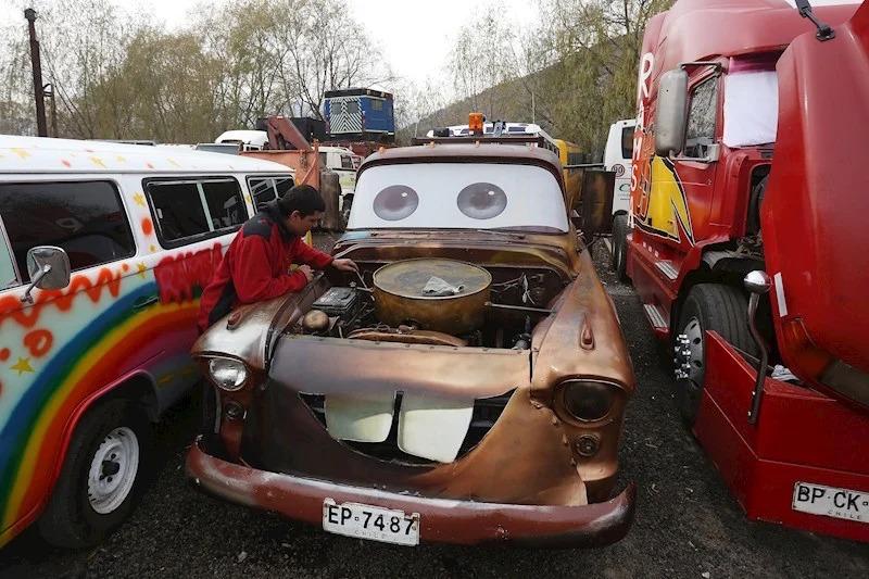 Mecánico genio recrea a Mate y Rayo McQueen en Chile