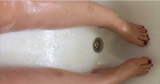 Une femme veut sortir de son bain, mais quelque chose l'en empêche. Elle baisse les yeux et comprend tout de suite...