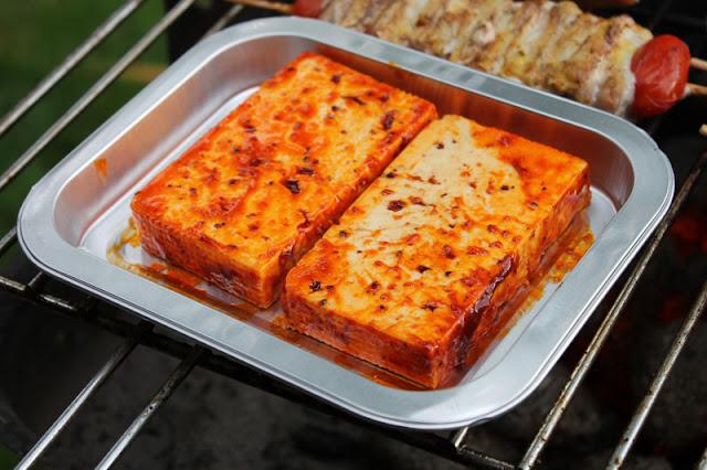 Rougette Marinierter Grillkäse in BBQ-Marinade auf dem Grill
