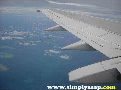 Terbang di atas ketinggian 30.000 adalah sensasi yang luar biasa.  Foto ini diabadikan di atas pesawat yang membawa saya menuju Jakarta setelah dari Denpasar.  Dokumen trip ke Bali tahun 2008.  Foto Asep Haryono
