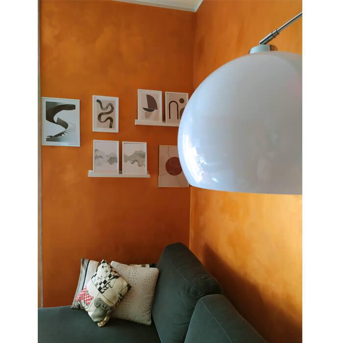 Particolare del salotto con quadri Desenio
