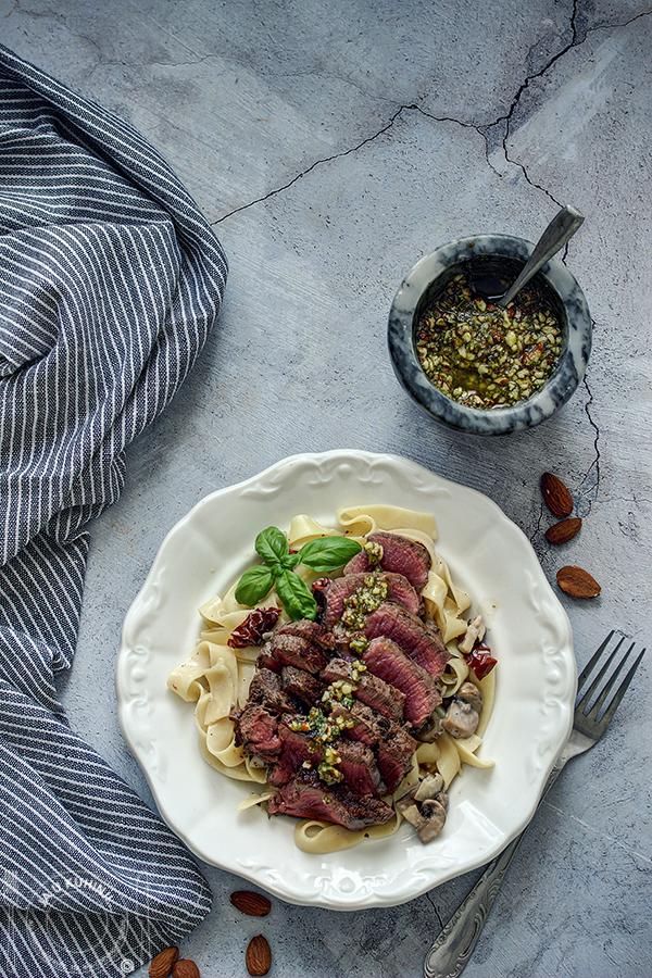 Biftek na pasti sa pečuekama i sušenim paradajzom