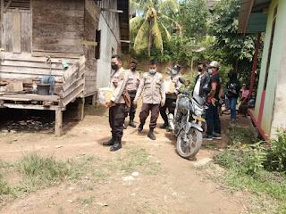 Polsek Nanga Mahap Bagikan Sembako Kepada Warga Desa Tamang