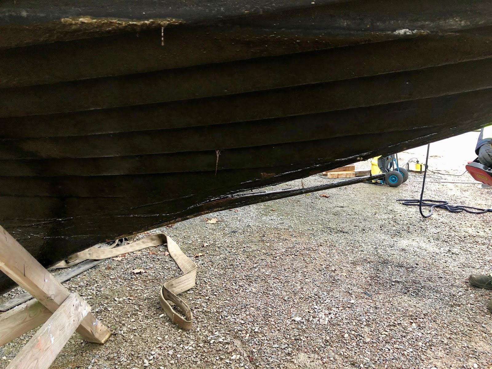 Förtjusande båt. En intressant skada på Pierina. Denna lilla  uthyrnings-folkbåt från Einar Johansson i Norrtälje är kundernas favorit.  Alla älskar henne. a5438d7d8bd0d