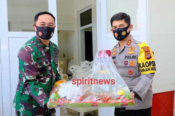 HUT ke-75 TNI, Kapolda Sulsel  Beri Kejutan Pangkosekhanudnas II Makassar